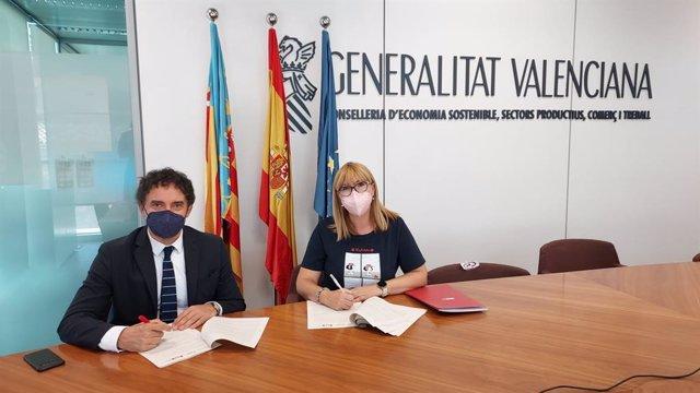 El secretari autonòmic de Turisme firma un acord de col·laboració amb la presidenta de la FSMCV, Daniela González.