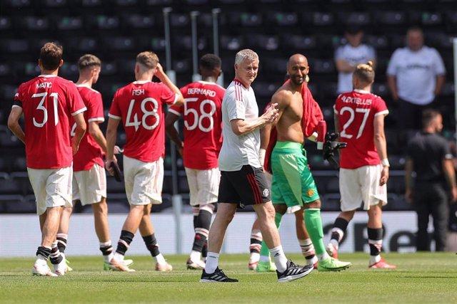 Ole Gunnar Solskjaer Manager con varios jugadores del Manchester United