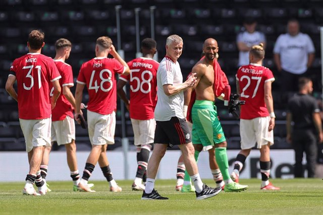 Ole Gunnar Solskjaer Manager of Manchester United with the team at full time during the Pre-Season Friendly football match between Derby County and Manchester United on July 18, 2021 at the Pride Park in Derby, England - Photo Nigel Keene / ProSportsImage