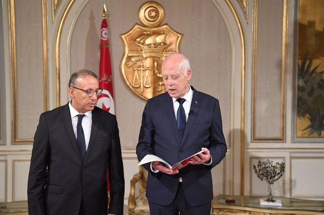 El nuevo ministro del Interior, Ridha Gharsallaoui, y el presidente tunecino, Kaïs Saïed, durante la toma de posesión.
