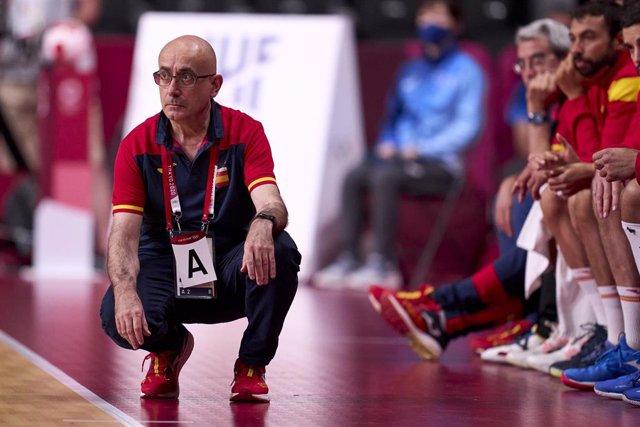 Jordi Ribera, seleccionador nacional de balonmano, sigue antentamente un partido