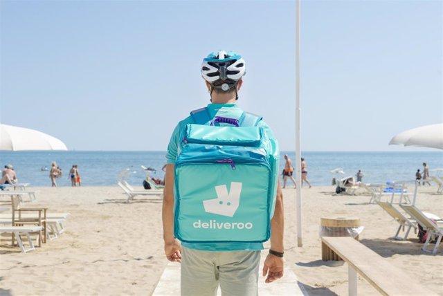 Archivo - Repartidor de Deliveroo en la playa