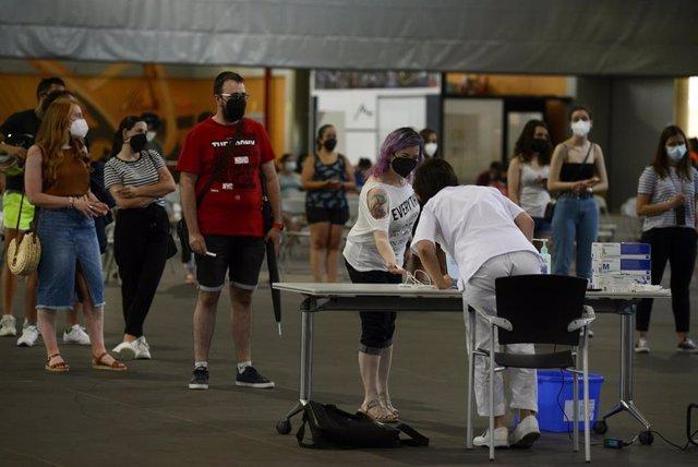 Jóvenes acuden a un dispositivo de cribado masivo para personas de entre 16 y 35 años en Expourense.