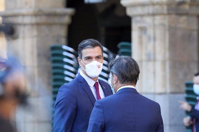 El presidente del Gobierno, Pedro Sánchez, a su llegada a la Plaza Mayor de Salamanca para celebrar la XXIV Conferencia de Presidentes, a 30 de julio de 2021, en Salamanca, Castilla y León (España). Los tres grandes temas a tratar en esta reunión, el máxi