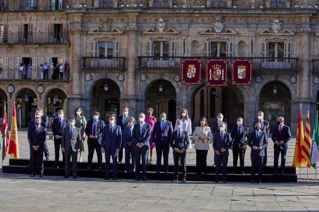 El presidente del Gobierno, Pedro Sánchez (3i), y el rey Felipe VI (4i), posan junto a todos los presidentes autonómicos de España, salvo el presidente de la Generalitat de Cataluña.