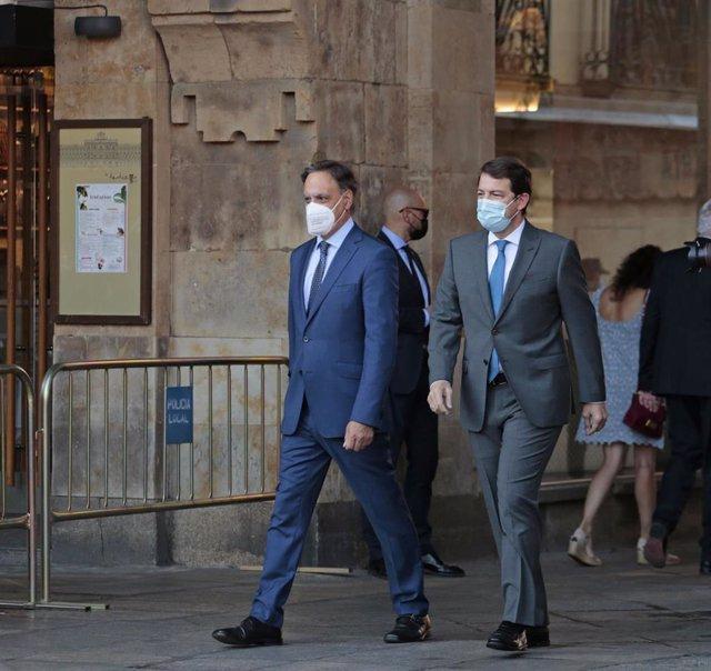El alcalde de Salamanca, Carlos García Carbayo (i), y el presidente de Castilla y León, Alonso Fernández Mañueco, a su llegada a la Plaza Mayor de Salamanca para celebrar la XXIV Conferencia de Presidentes.