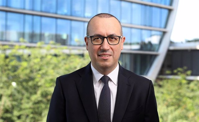 El consejero delegado de BBVA, Onur Genç, frente al edificio de La Vela en Madrid.