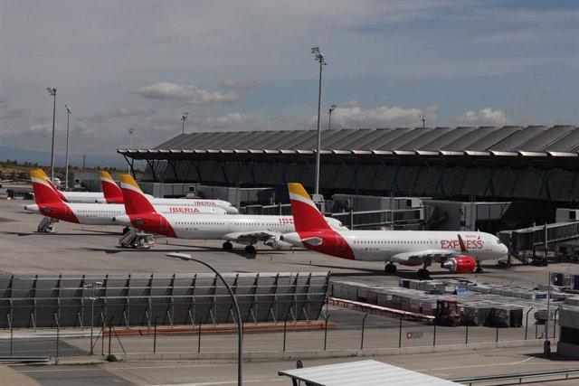 Archivo - Varios aviones de Iberia aparcados en el Aeropuerto Adolfo Suárez-Madrid Barajas