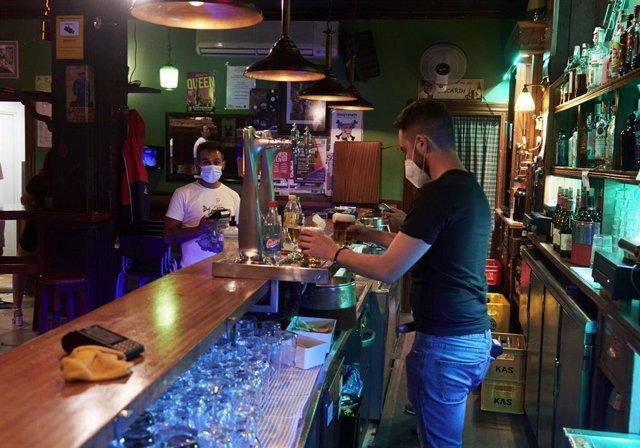 Un camarero en un bar