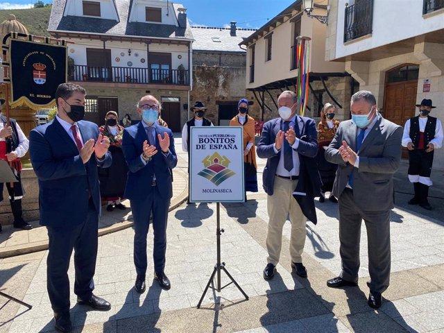 Momento en el que se ha destapado el cartel que indica que Molinaseca es uno de Los Pueblos más Bonitos de España.