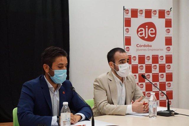 El delegado de Empleo, Formación, Trabajo Autónomo, Transformación Económica, Industria, Conocimiento y Universidades de la Junta de Andalucía en Córdoba, Ángel Herrador (dcha.), y el presidente de AJE Córdoba, Félix Almagro.