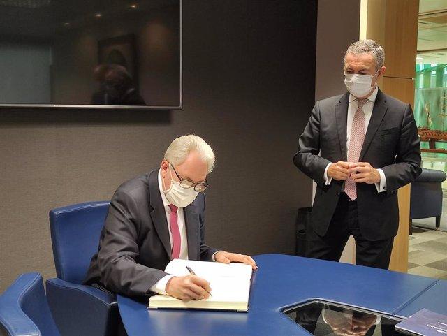El embajador de Paraguay, Ricardo Scavone, y el presidente de la Cámara de Bilbao, José Ángel Corres.