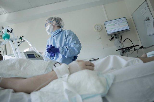 Archivo - Imagen de archivo de un paciente ingresado en un hospital de Francia.