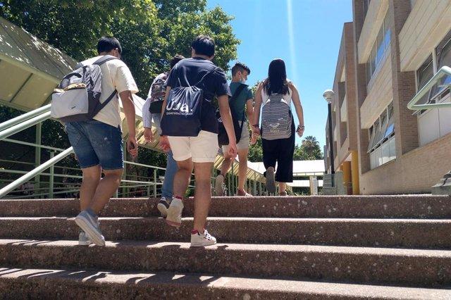 Estudiantes en el Campus.