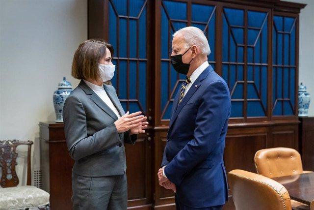 La líder opositora bielorrusa Svetlana Tikhanovskaya y el presidente de Estados Unidos, Joe Biden.