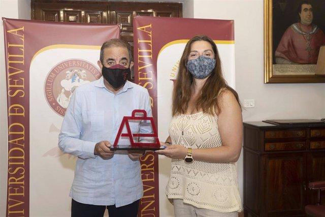 El rector de la Universidad de Sevilla junto a Pilar Manchón en la entrega del premio Alumni Us