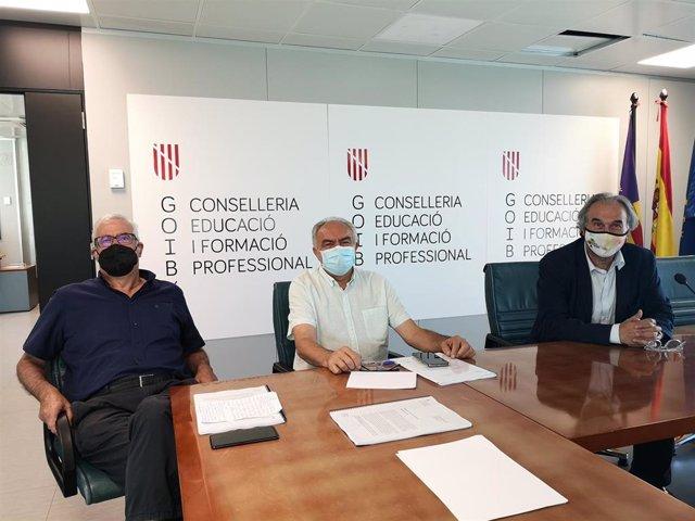 El conseller de Educación y Formación Profesional, Martí March, acompañado del secretario general, Tomeu Barceló, se ha reunido este viernes con el exconseller Damià Pons.