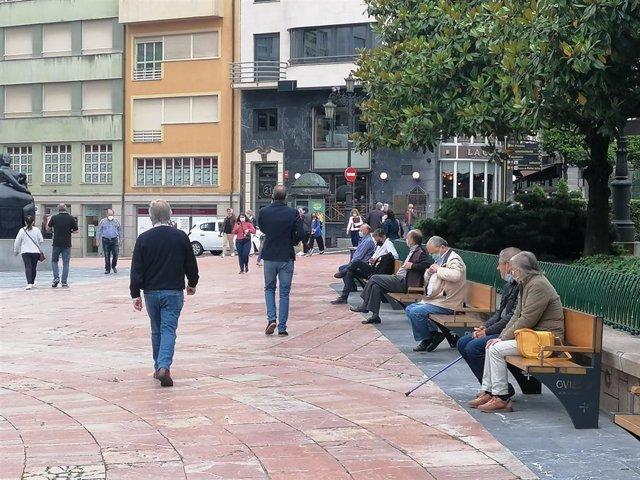 Archivo - Gente por la calle en Oviedo.