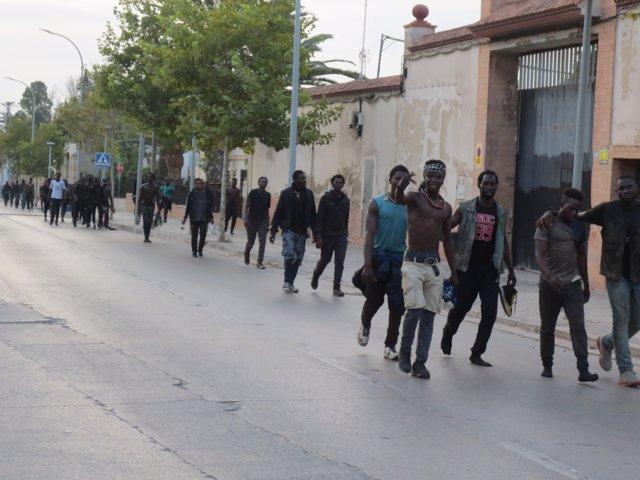 Un grupo de migrantes de origen subsahariano, caminan hacia el Centro de Estancia Temporal de Inmigrantes (CETI) de Melilla, después de haber saltado la valla con Marruecos, a 22 de julio de 2021, en Melilla (España).