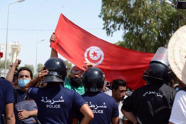 Manifestación frente al Parlamento de Túnez.