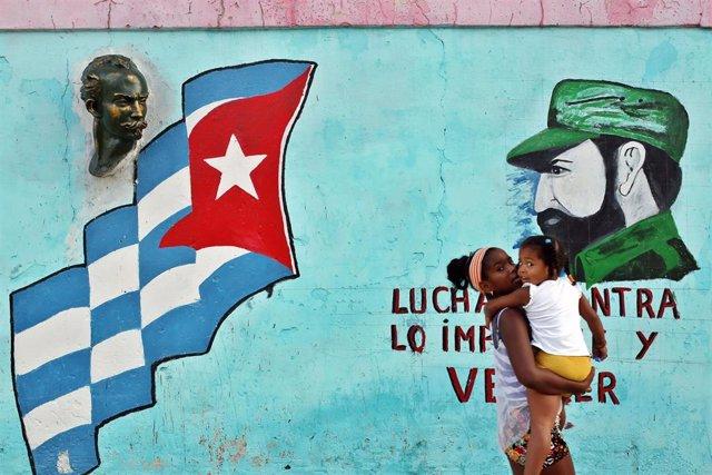 Una mujer camino por una calle de La Habana (imagen de archivo)