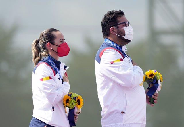 Fátima Gálvez y Alberto Fernández escuchan el himno de España en el podio de los Juegos de Tokyo 2020 tras lograr el oro en foso olímpico.