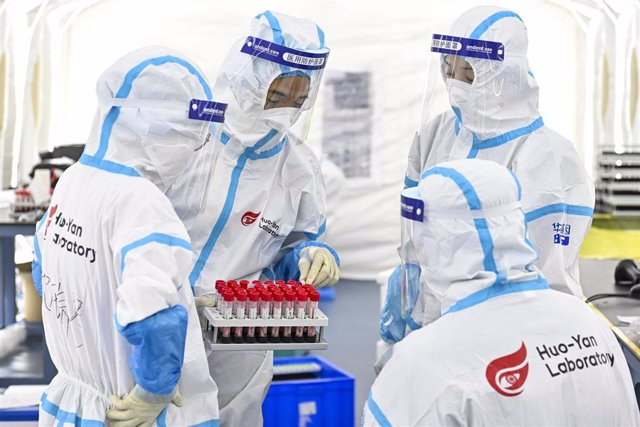 Archivo - Trabajadores sanitarios de China en un laboratorio de pruebas sobre el coronavirus
