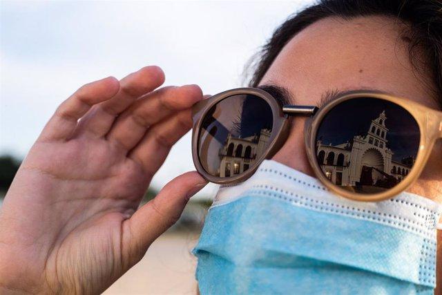 Archivo - Las gafas de sol son unos de los productos incluidos en la campaña de inspección.