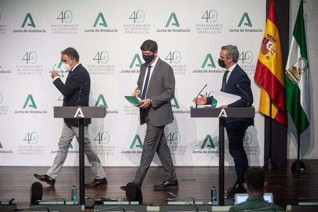 El vicepresidente de la Junta y consejero de Turismo, Regeneración, Justicia y Administración Local, Juan Marín (c); el consejero de la Presidencia, Administración Pública e Interior y portavoz del Gobierno andaluz, Elías Bendodo (i), y el consejero de Ha