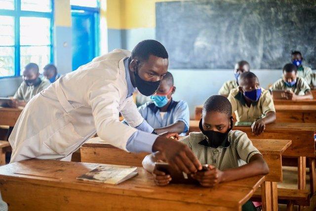 Archivo - Proyecto Profuturo en Ruanda. Escolares, niños, reciben formación en pandemia