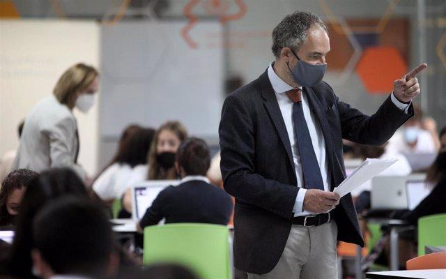 Archivo - Imagen de archivo de un profesor de Matemáticas de 4º de la ESO, durante una clase en un colegio de San Sebastián de los Reyes (Madrid)