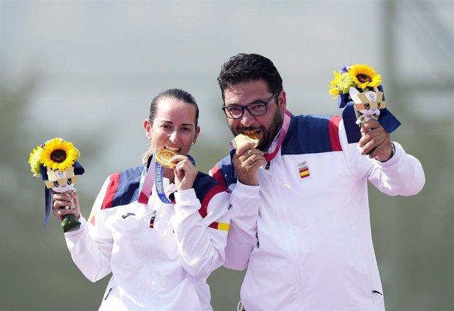 Fátima Gálvez y Alberto Fernández muerden la medalla de oro en equipo mixto de foso olímpico en los Juegos de Tokyo 2020.