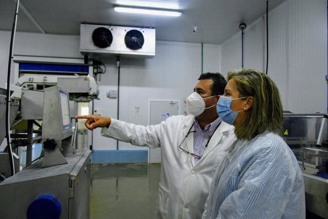 La delegada territorial de Pesca de la Junta en Cádiz, Ana Bertón, visita las instalaciones de Cupibar en Barbate