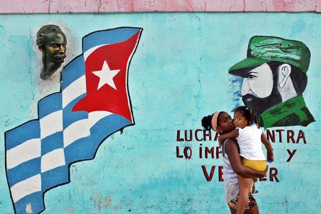 Una dona camino per un carrer de l'Havana (imatge d'arxiu)