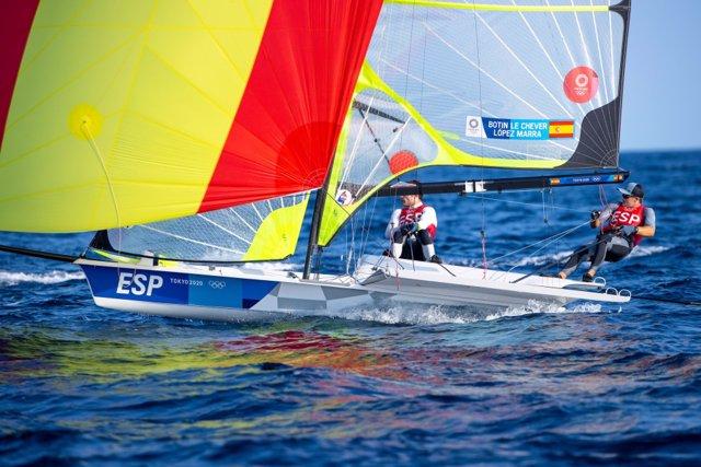Los regatistas españoles Diego Botín y Iago López Marra en una regata de la clase 49er en los Juegos Olímpicos de Tokio