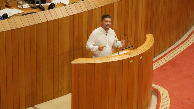 El diputado nacionalista Manuel Lourenzo en la tribuna del pleno del Parlamento gallego