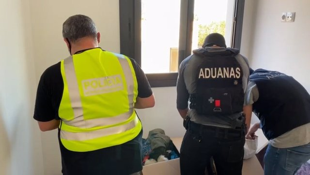 Agents dels Mossos d'Esquadra i de Vigilància Duanera.