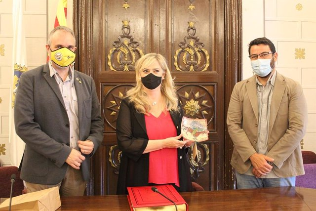 La consellera de Drets Socials de la Generalitat, Violant Cervera; el alcalde de la Seu d'Urgell (Lleida), Jordi Fàbrega, y el vicealcalde, Francesc Vilaplana.
