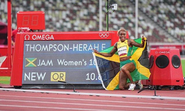 La jamaicana Elaine Thompson-Herah celebra el seu or a Tòquio amb rècord olímpic (10.61)