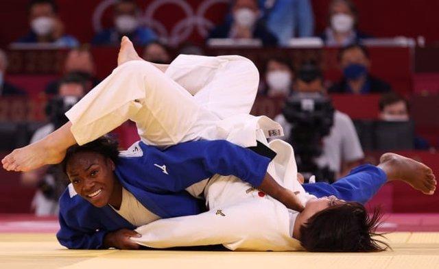 Combate entre Francia y Japón en la final por equipos mixtos de judo de los Juegos Olímpicos de Tokyo 2020, con medalla de oro para Francia