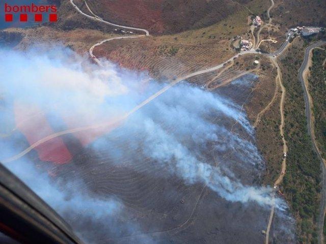 Els Bombers treballen en un incendi de vegetació a Portbou (Girona)