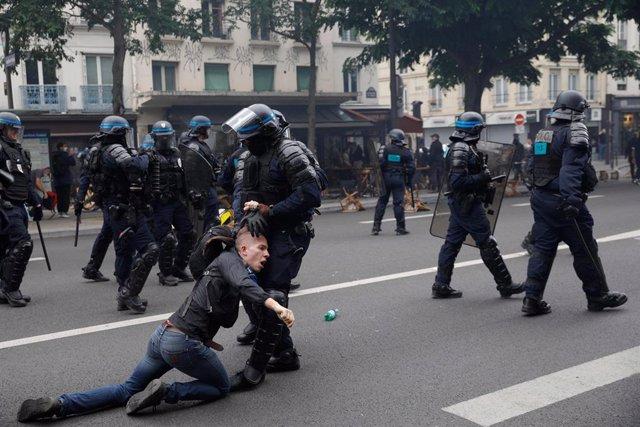 Protestes a París contra les restriccions