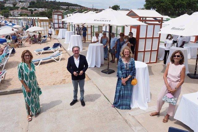 Julia, Virginia i Carina Ensesa, propietàries dels Banys de Mar de S?Agaró (Girona), al costat del conseller d'Economia i Hisenda de la Generalitat, Jaume Giró.
