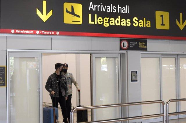 Pasajeros procedentes de un vuelo con origen Gran Bretaña llegan a la terminal T1 del Aeropuerto Adolfo Suárez Madrid-Barajas el día en que el Gobierno exige una PCR negativa o vacuna completa a los ciudadanos británicos que vengan a nuestro país, a 2 de