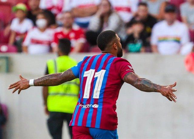 Memphis Depay celebra un gran gol ante el Stuttgart en un amistoso de pretemporada