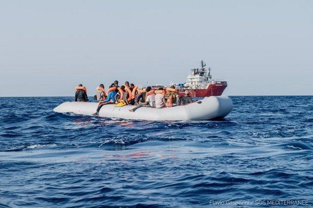 El barco 'Ocean Viking' rescata a migrantes libios en aguas del Mediterráneo