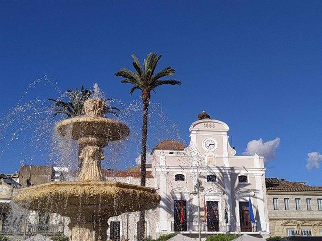 Archivo - Cielos despejados en la Plaza de España de Mérida.