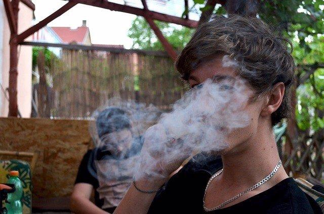 Joven fumando marihuana.