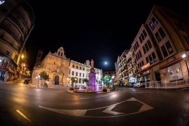 Archivo - Vista nocturna de la ciudad de Linares (Jaén).