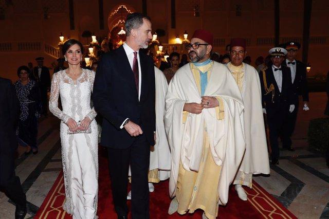 Archivo - (I-D) La Reina Letizia, el Rey Felipe VI y el Rey Mohamed VI, a su llegada al Palacio Real de Rabat para asistir a la cena de gala ofrecida en su honor.   FELIPE DE BORBON Y GRECIA;LETIZIA ORTIZ ;